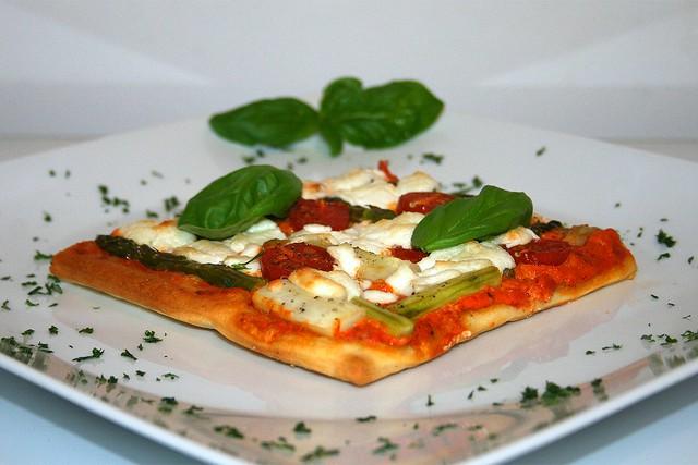 Spargel-Pizza mit Ajvar & Ziegenfrischkäse – das Rezept
