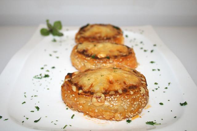 Hackfleisch-Blätterteigrolle mit drei Sorten Käse – das Rezept