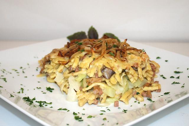 Überbackene Käsespätzle mit Spitzkohl & Pilzen – das Rezept
