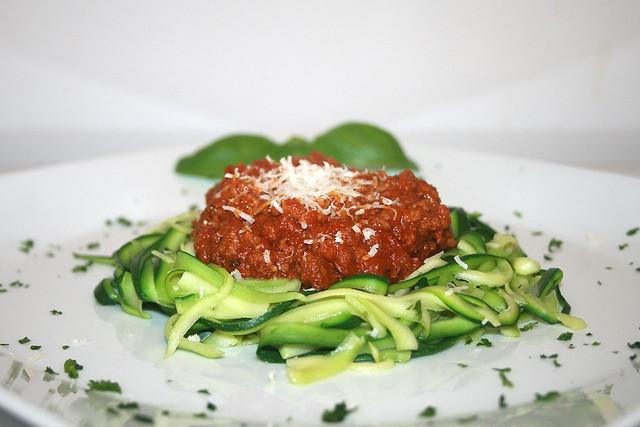 Zucchinispaghetti mit Sauce Bolognese – das Rezept