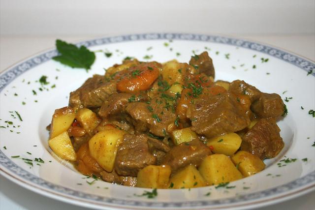 Lamm-Aprikosen-Curry mit Kartoffeln & Pinienkernen – das Rezept