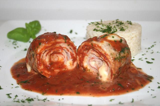 Gerollte Ofenschnitzel in Tomaten-Kräutersauce – das Rezept