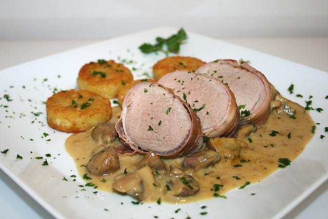 Schweinelende im Schinkenmantel mit Champignons in Senf-Sahnesauce – das Rezept