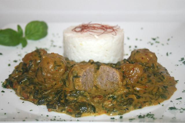 Spinat-Kokos-Curry mit Bratwurstbällchen – das Rezept