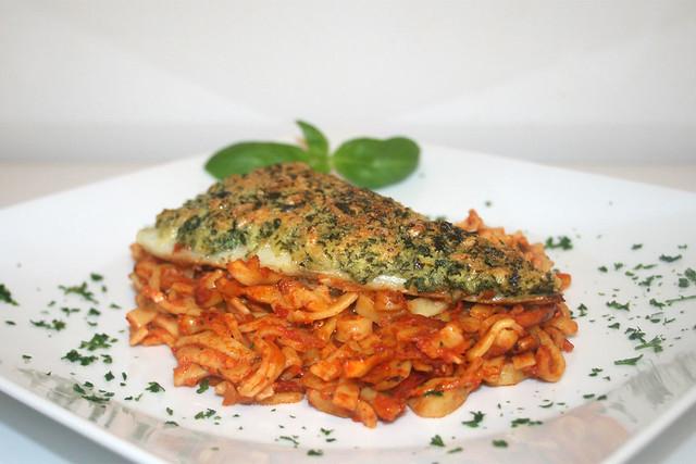Knusperfisch auf Tomatennudeln – das Rezept