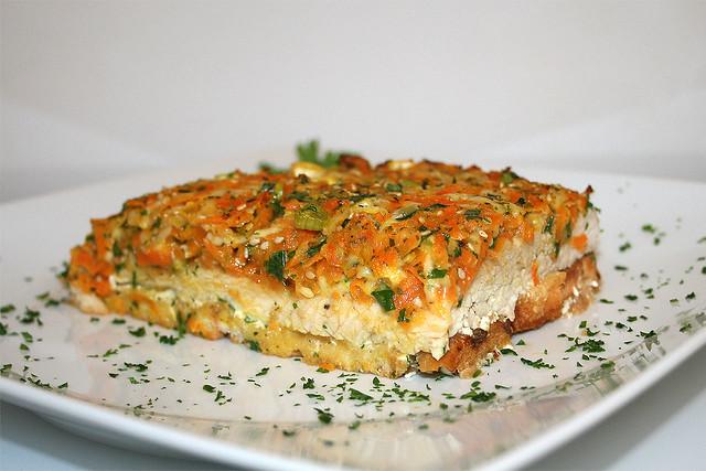 Putenschnitzel auf Zwieback mit bunter Gemüsehaube – das Rezept