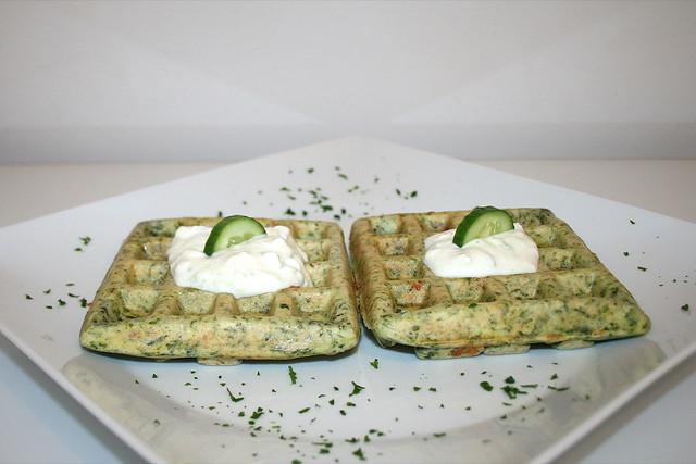 Griechische Spinatwaffeln mit Tzatziki – das Rezept