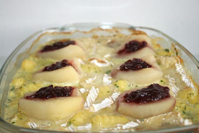 Schweinelende in Brie-Sahne-Sauce mit Gnocchi & Preiselbeer-Birnen – das Rezept