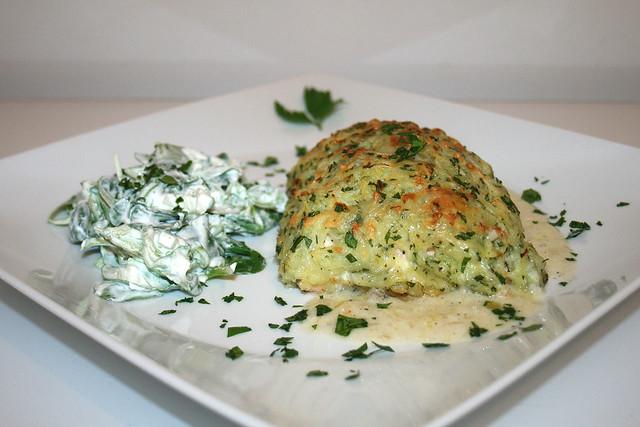 Lachsfilet in Kartoffel-Käse-Kruste mit Feldsalat – das Rezept
