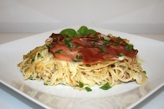Spaghettiauflauf mit Speck & Mozzarella – das Rezept