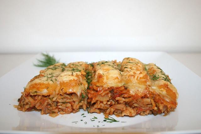 Gratinierte Fischstäbchen auf Tomaten-Gemüsereis – das Rezept
