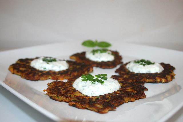 Zucchini-Möhren-Puffer mit Joghurt-Kräuter-Creme – das Rezept
