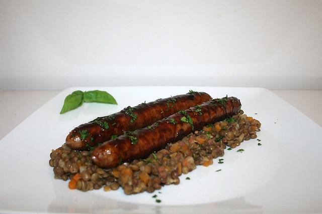 Bratwurst mit Feigen-Balsamico-Glasur auf Linsengemüse – das Rezept