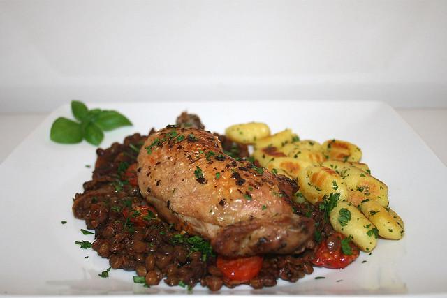 Hähnchenkeulen auf Rotwein-Linsen mit Gnocchi – das Rezept