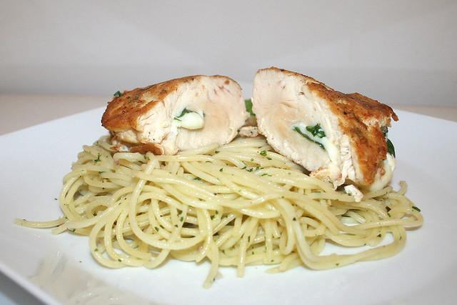 Gefülltes Hähnchen-Piccata auf Knoblauchspaghetti – das Rezept