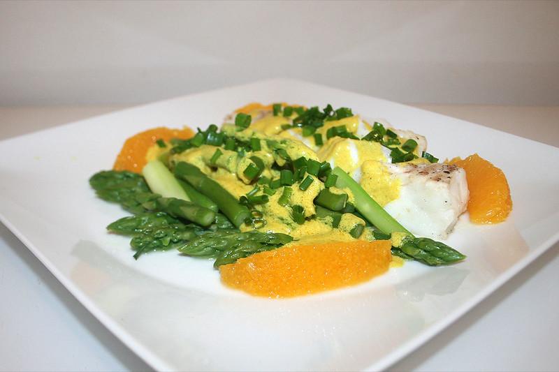Kabeljaufilet an grünem Spargel mit Orangen-Curry-Sauce – das Rezept