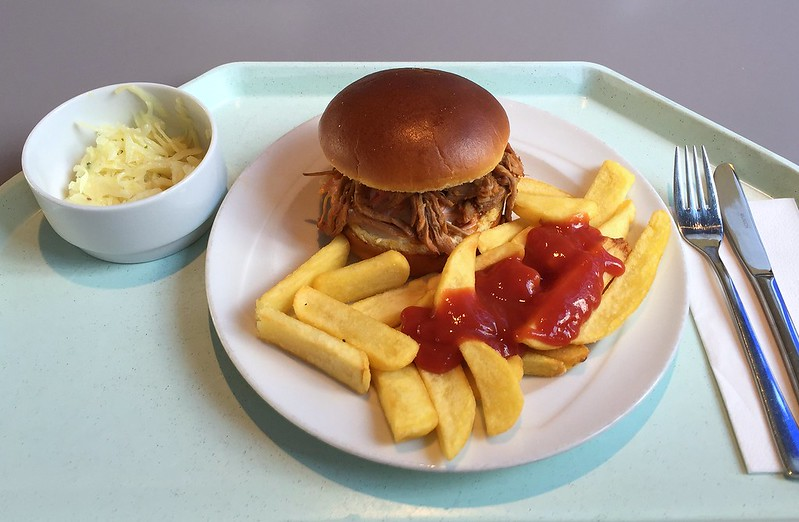 Pulled Pork in Brioche Semmel mit Steak House Pommes [19.04.2016]