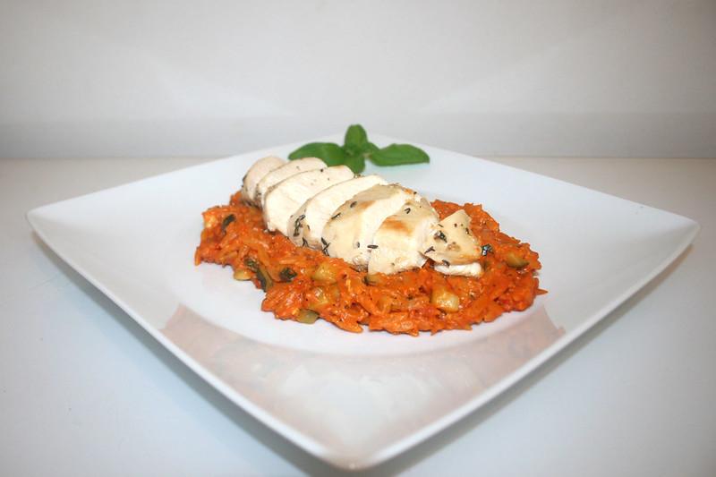 Griechisches Zitronenhähnchen auf Tomaten-Reisnudelpfanne – das Rezept