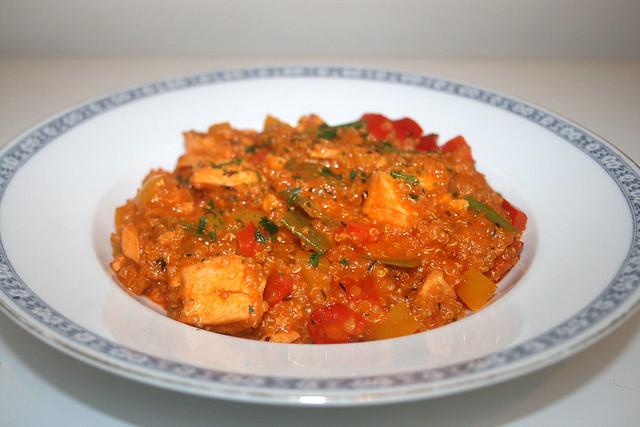 Lachs-Quinoa-Pfanne mit Kokosmilch & Paprika – das Rezept