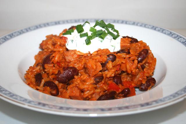 Reistopf mit Paprika, Kidneybohnen, Kasseler & Schnittlauchcreme – das Rezept