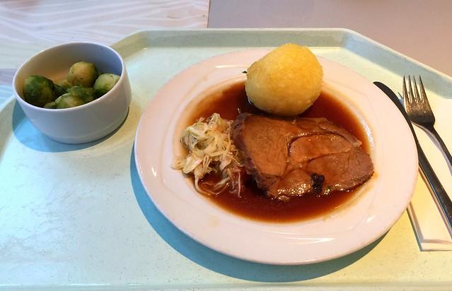 Schweinebraten in Dunkelbiersauce mit Kartoffelknödel & Krautsalat [30.11.2016]
