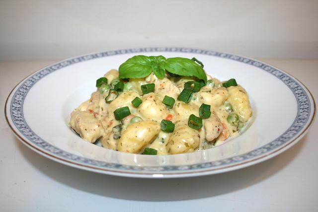 Gnocchi mit Putenstreifen in Weißwein-Kräuter-Käsesauce – das Rezept