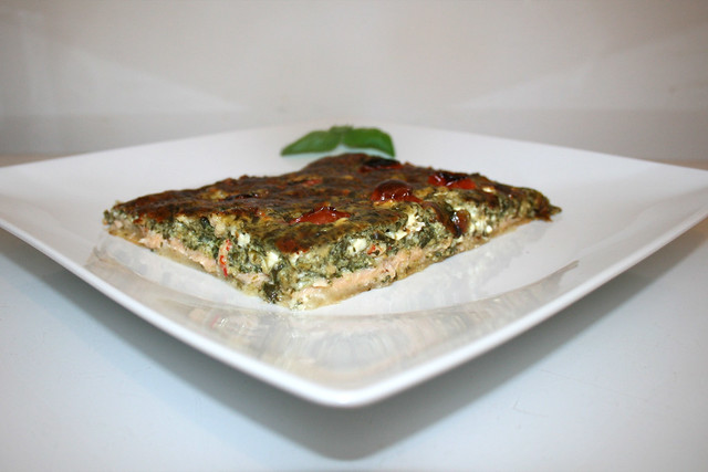Rahmspinat-Quark-Quiche mit Räucherlachs, Feta & Flusskrebsschwänzen