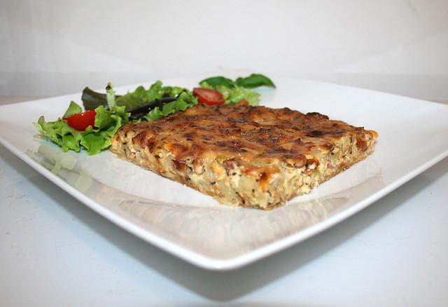 Fränkischer Zwiebelkuchen an Salat mit Balsamico-Dressing – das Rezept