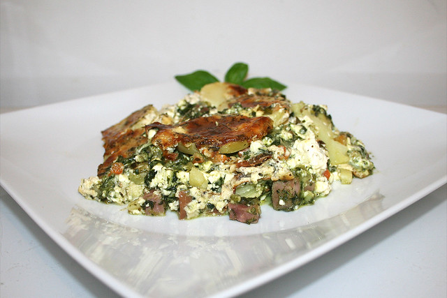 Kartoffelauflauf mit Spinat, Schafskäse & Schinken – das Rezept