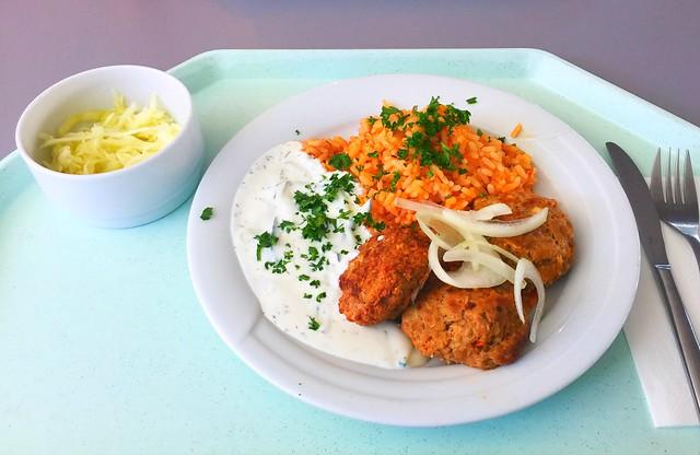 Griechische Bifteki mit frischen Zwiebeln, Tzatziki & Djuvecreis [17.07.2017]
