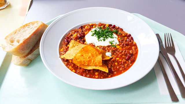 Chili con Carne mit Sour Cream, Tortilla-Chips & Baguette [03.08.2017]