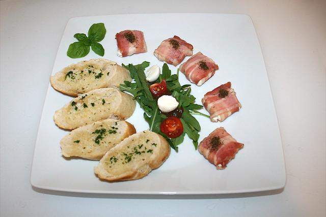 Ziegenfrischkäse-Taler im Bacon-Mantel mit Rucola & Knoblauchbutter-Baguette [22.08.2017]