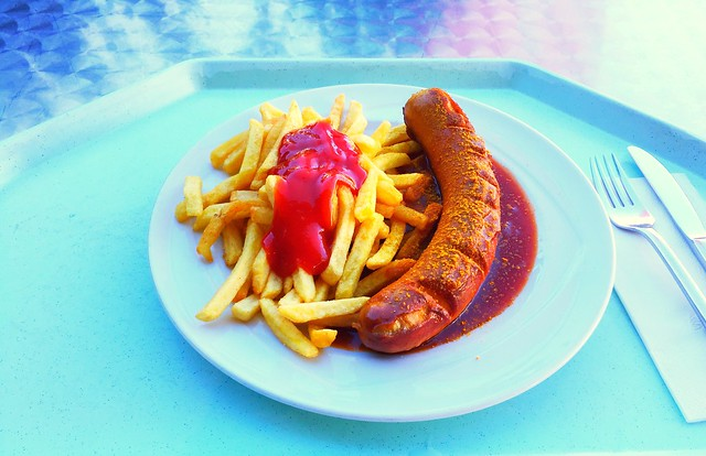 Rote Currywurst mit Pommes Frites [05.10.2017]