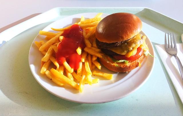 Doppelter Cheeseburger mit Pommes Frites [26.10.2017]