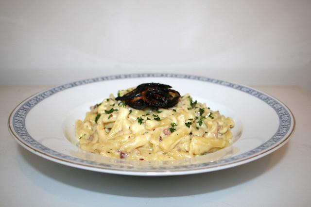 Cremige Käse-Makkaroni mit Speck & Röstzwiebeln (Mac & Cheese) – das Rezept