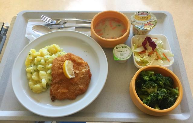 """Geröstete Grießsuppe + Schweineschnitzel """"Wiener Art"""" mit Kartoffel-Gurkensalat – Klinikum Bogenhausen – Day 9 [31.01.2018]"""
