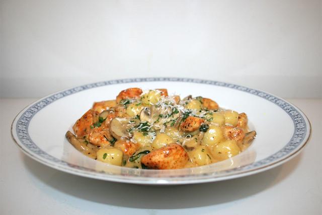 One Pot Gnocchi mit Hähnchen, Blattspinat & Champignons – das Rezept