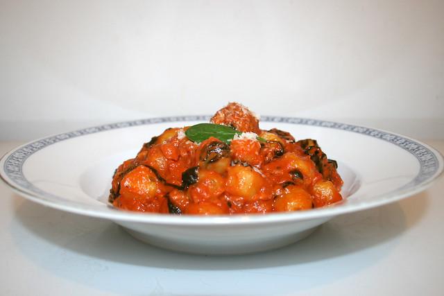 Gnocchi mit Salsiccia und Spinat in Tomatensauce – das Rezept