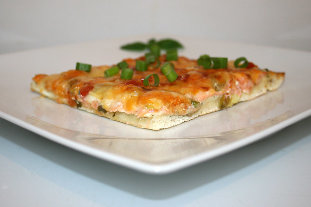 Räucherlachs-Krabben-Pizza mit Ranch Dressing – das variierte Rezept