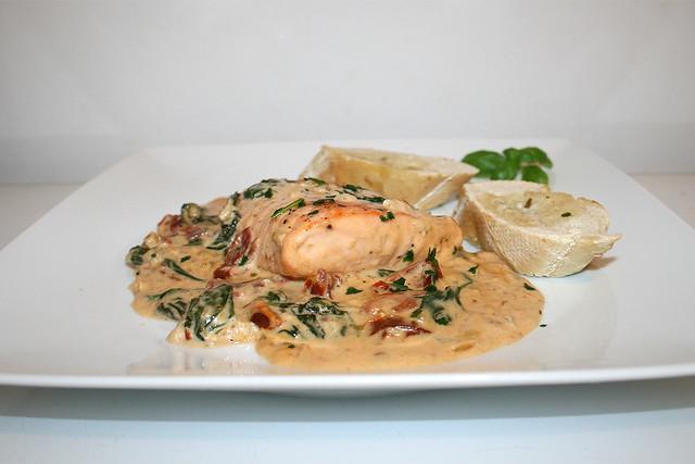 Lachs in cremiger Spinat-Knoblauch-Sauce mit getrockneten Tomaten – das Rezept
