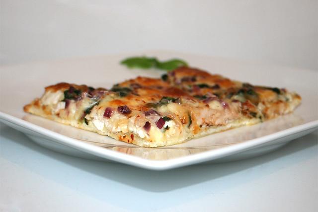 Pizza mit gerösteten Knoblauch, Hähnchen & Spinat – das Rezept