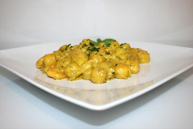 Gnocchi-Lauch-Pfanne mit Curry-Garnelen – das Rezept