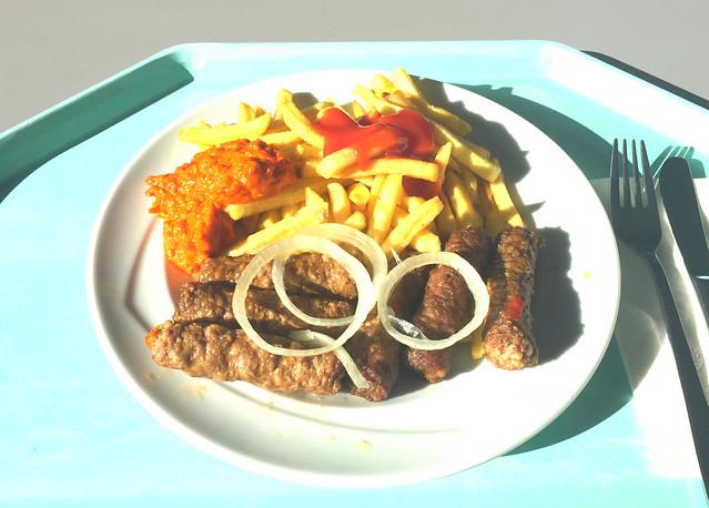 Cevapcici mit frischen Zwiebeln, Ajvar & Pommes Frites [04.02.2018]