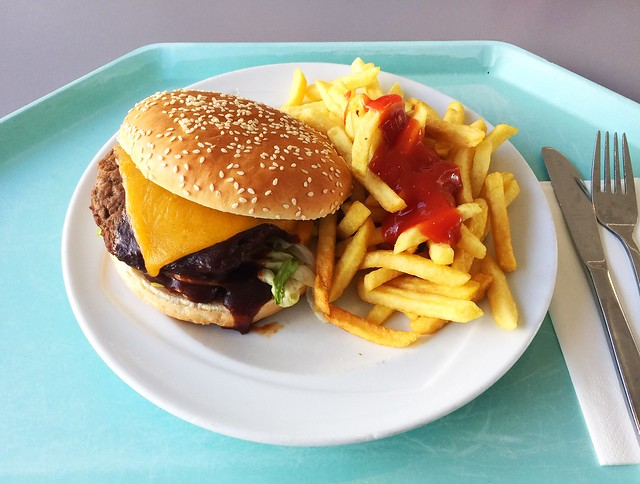 BBQ-Bacon-Cheesburger mit Pommes Frites [28.02.2019]