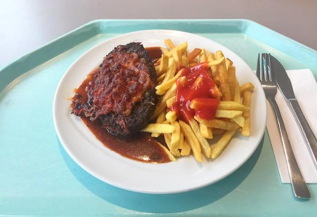 Gratiniertes Rinderhacksteak mit Zigeunersauce & Pommes Frites [07.03.2019]