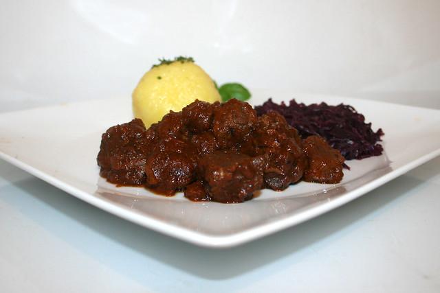 Saftig-zartes Rindergulasch mit Rotkohl & Kartoffelklößen – das Rezept
