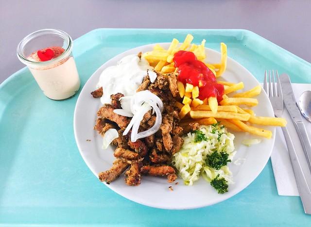 Gyros mit mit frischen Zwiebeln, Tatziki, Krautsalat & Pommes Frites [11.07.2019]