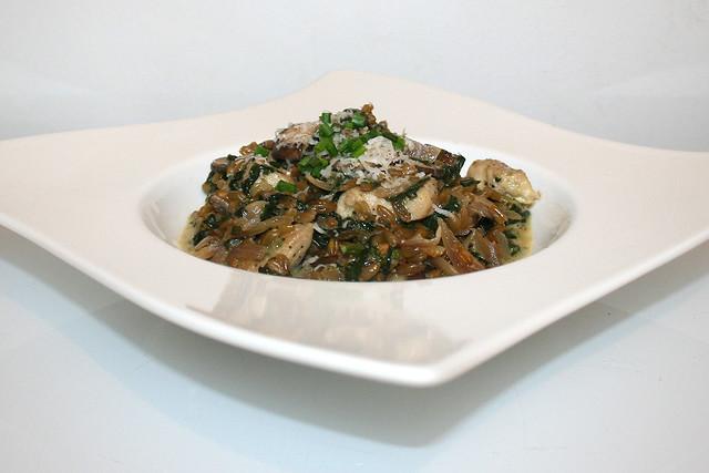 Grünkern-Risotto mit Pilzen, Blattspinat und Hähnchenstreifen – das Rezept