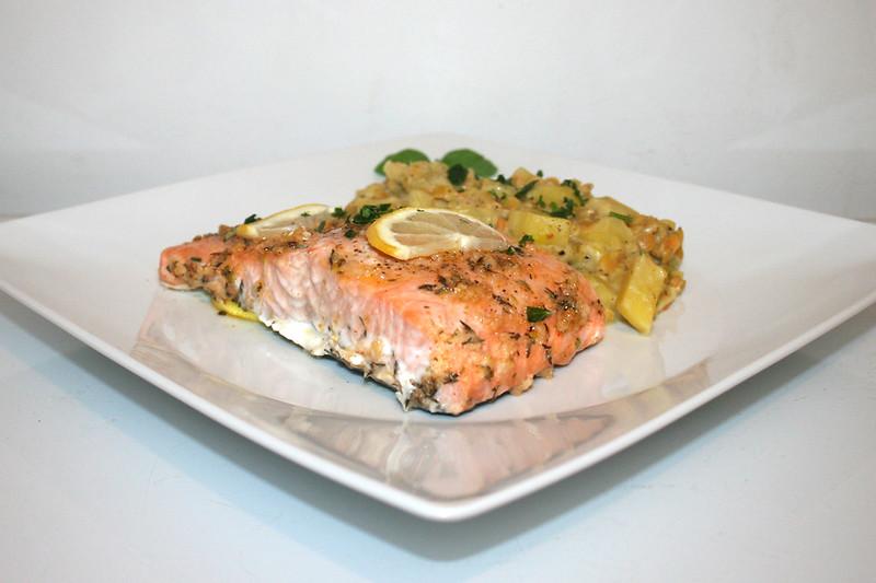 Lachs mit Honig-Knoblauch-Glasur an Lauch-Linsen-Gemüse – das Rezept