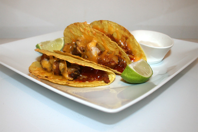 Tacos con chicharronés y frijoles refritos – das Rezept